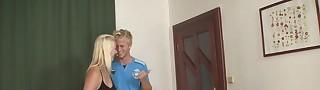 Видео блондинка втроем трахается извиняюсь